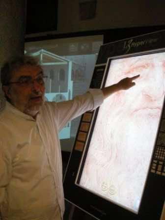 L'architetto Gianni Colli davanti all'autoritratto di Leonardo
