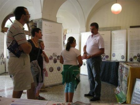 Il consigliere Sacchetti Colombi illustra ai visitatori le attività dell'Ecomuseo
