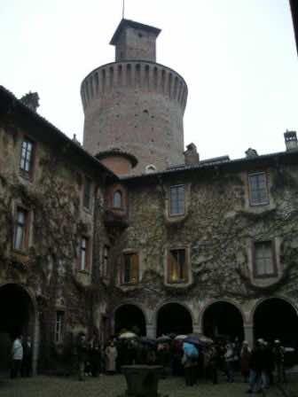il gruppo dell'Ecomuseo sotto la torre del castello di Sartirana