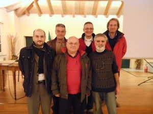 Il podio con Daniele Bianchi, vice presidente Ecomuseo (primo da sinistra). e Marco Feccia, presidente della biblioteca (primo da destra, in basso)